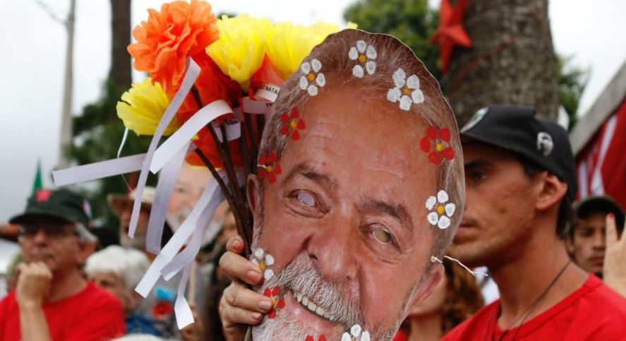 Lula's supporters show New Year's solidarity with the imprisoned politician